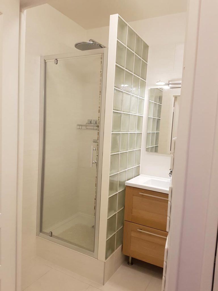 cloison de douche en brique de verre. Black Bedroom Furniture Sets. Home Design Ideas